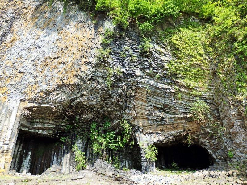 城崎温泉から渡し船で行く!柱状節理が広がる不思議な洞窟「玄武洞」