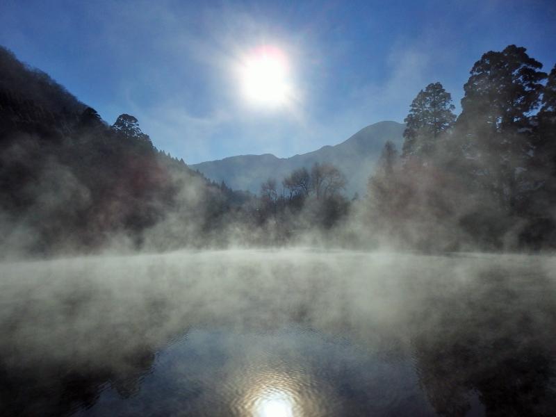 湖面から霧が立ちのぼる。幻想的な大分県由布院・金鱗湖を訪ねる