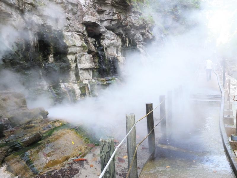 大地が沸騰している?迫力のジェット噴射にドキドキ!秋田「小安狭の地獄釜・大噴湯」