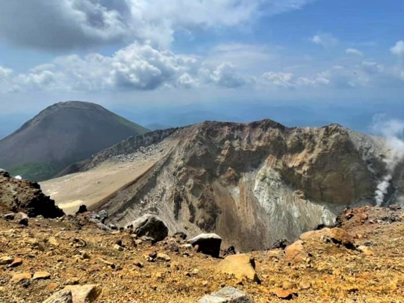 迫力満点の火口とオンネトーの大絶景!雌阿寒岳に登ろう【北海道】