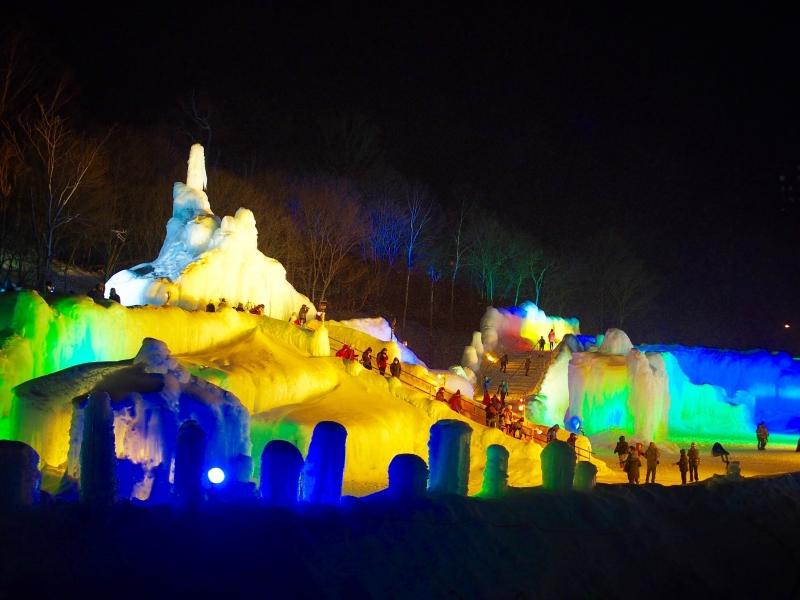 幻想的な光に包まれた氷の王国!北海道・層雲峡氷瀑まつり