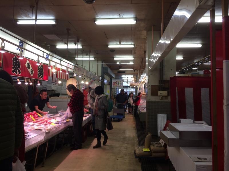 「切り身1枚からあるよ!」和気あいあいで庶民的な街の台所、千葉・浦安魚市場に行こう!