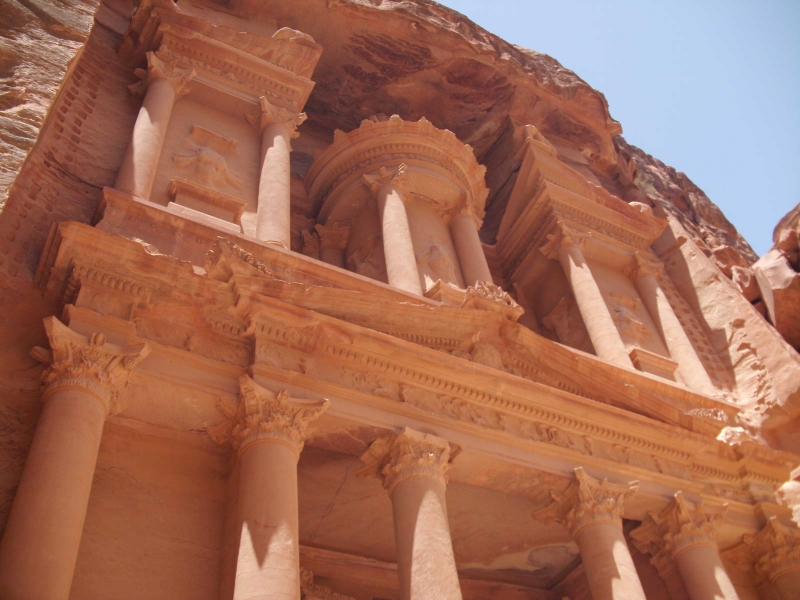 映画「インディ・ジョーンズ/最後の聖戦」に聖杯の隠された遺跡として登場する、ヨルダンのペトラ遺跡の写真です。ペトラとはギリシャ語で「岩」を意味していて、この  ...