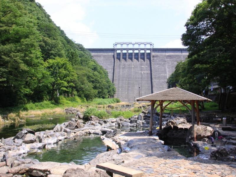 目の前にダムが広がる絶景混浴露天風呂【岡山・湯原温泉】砂湯の魅力